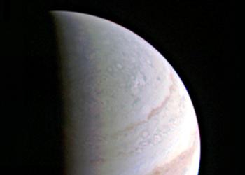 A sonda Juno da Nasa capturou esta imagem próxima do pólo norte de Júpiter, a cerca de duas horas antes da maior aproximação em 27 de agosto de 2016. Créditos: Nasa / JPL-Caltech / SwRI / MSSS