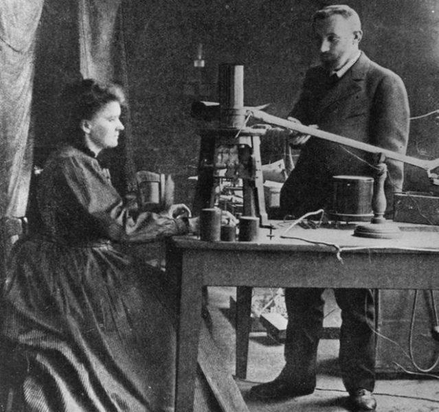 Marie Curie (1867 - 1934), uma das únicas duas mulheres cientistas a ganhar um Nobel em física, mostrada aqui em seu laboratório com o marido e químico francês Pierre (1859 - 1906). Créditos: Hulton Archive / Getty Images