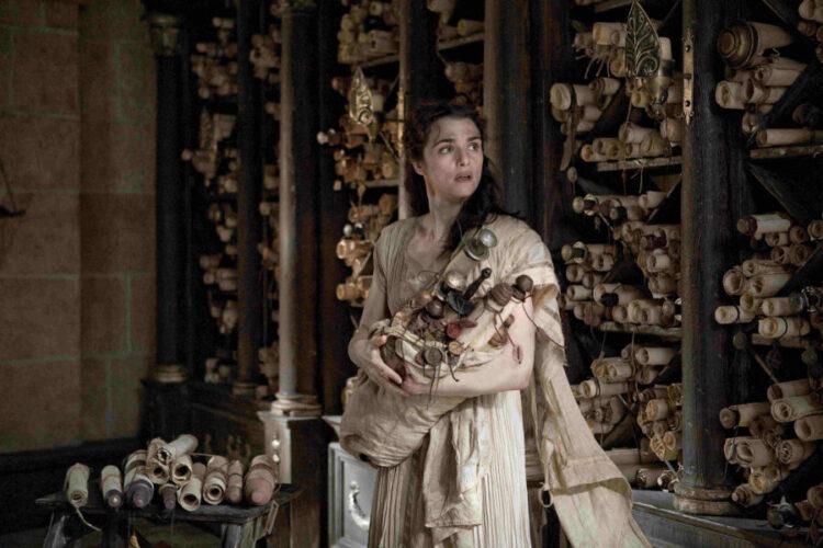 Representação de Hipácia segurando papiros na grande Biblioteca de Alexandria. Filme: Ágora.
