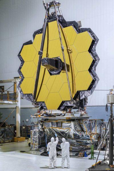 O espelho primário de 18 segmentos do telescópio espacial James Webb, totalmente montado em uma sala limpa no Goddard Space Flight Center da NASA em Greenbelt, Maryland. Créditos: Goddard Space Flight Center / NASA,