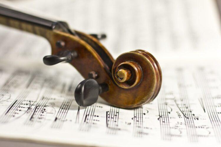 Um grupo de estudos da Finlândia investigou como ouvir música clássica afeta o perfil de expressão do gene de participantes experientes e inexperientes musicalmente. Todos os participantes ouviram ao concerto de violino de Mozart Nr3, G-maior, K.216, que dura 20 minutos.