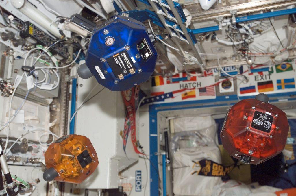 Três robôs do projeto Spheres voando em formação dentro da ISS - a ideia é que eles voem do lado de fora, para inspecionar a Estação Espacial. [Imagem: NASA/ISS]