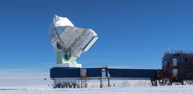 O South Pole Telescope, de 10 metros, localizado na Estação Amundsen-Scott no Pólo Sul, é um dos radiotelescópios que fazem parte do Event Horizon Telescope (EHT). As observações serão realizadas em comprimentos de onda milimétricos para conseguir penetrar nas densas nuvens de gás e poeira interestelar que se situam na nossa linha de visão com o centro da Via Láctea. Crédito: Dan Marrone / Universidade do Arizona