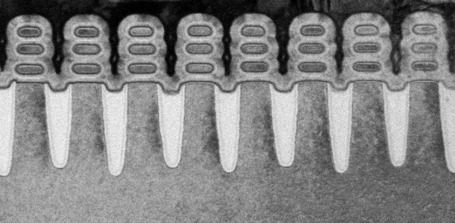 Foto: uma varredura do transistor de 5nm da IBM Research Alliance, construído usando um processo de ponta para empilhar nanofolhas de silício como estrutura do dispositivo – alcançando uma escala de 30 bilhões de transistores em um chip do tamanho de uma unha – que proporcionará melhorias no desempenho dos chips de 10nm no mercado hoje. Crédito: IBM