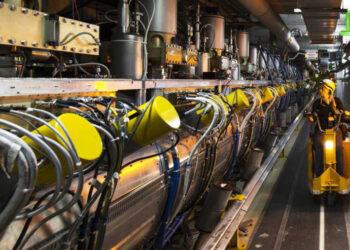 O próximo acelerador de partículas será três vezes maior do que o LHC, com ímãs de dupla força que permitirão aos pesquisadores esmagar feixes de partículas com uma potência equivalente a 10 milhões de raios. Crédito de Crédito: CERN
