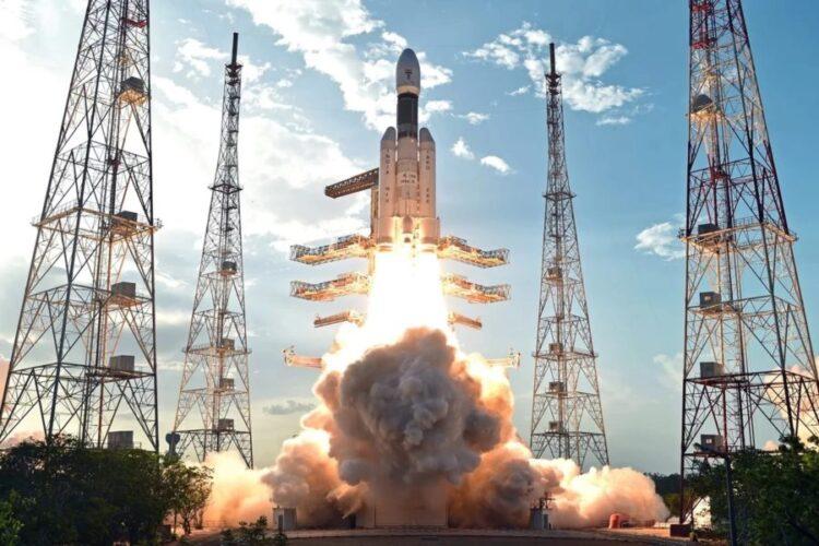 O foguete lançador de satélites Geosynchronous Satellite Launch Vehicle, named GSLV MK.3, da ISRO. Foco no mercado comercial internacional e perspectivas de crescimento para os próximos anos, que pode garantir a autossuficiência à agência. Crédito: ISRO