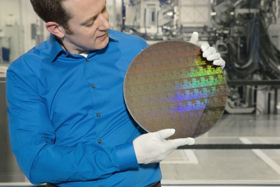 """O cientista da IBM Research, Nicolas Loubet, segura uma """"bolacha"""" de chips com transistores da tecnologia de nanolâminas de silício de 5nm fabricados usando um processo de fabricação inovador, que pode oferecer aprimoramento de desempenho de 40 por cento em energia fixa ou 75 por cento de economia de energia no desempenho correspondente. Crédito: Connie Zhou"""