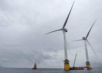 Duas das turbinas flutuantes são preparadas na costa da Noruega para a viagem à Escócia.