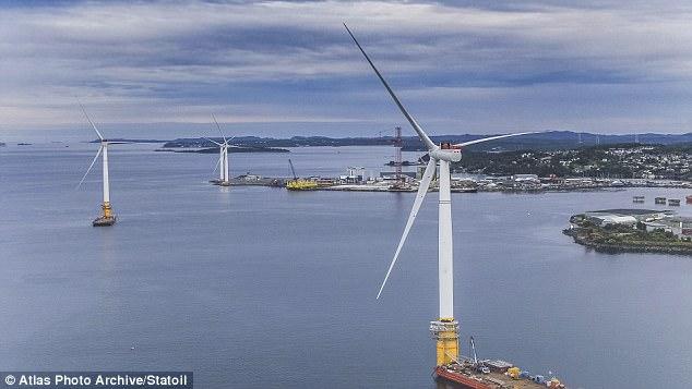 """A nova tecnologia permite que as estruturas, retratadas aqui deixando Stord na Noruega, flutuem em água muito profunda para parques eólicos """"offshore"""" (a pouca distância da costa) convencionais"""
