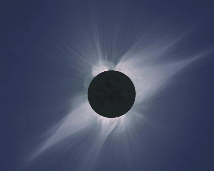 Este mosaico de fotos mostra uma visão do sol da Baja California durante um eclipse em 11 de julho de 1991, com a lua deslizando em frente ao sol. Fonte: NASA