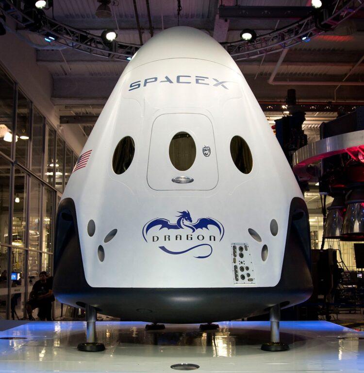 A próxima geração da nave espacial da SpaceX projetada para transportar humanos para a Estação Espacial Internacional e para outros destinos: http://www.spacex.com/crew-dragon