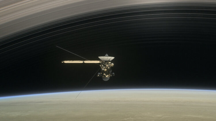 Na calada da audaz aventura mostrada no curto filme Grand Finale da Cassini, a nave espacial mostra mergulha entre Saturno e o anel mais íntimo do planeta.  Crédito NASA / JPL-Caltech