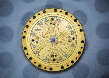 Um processador quântico de 8-qubit construído pela Rigetti Computing. Crédito: Rigetti Computing.