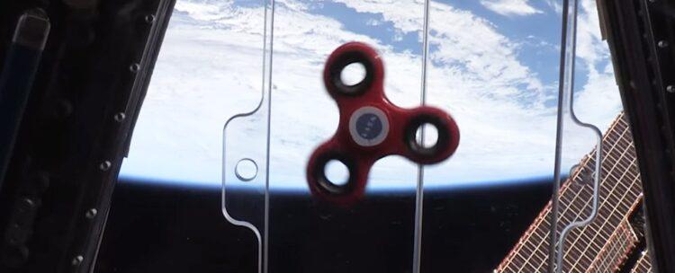 Um Fidget Spinner no espaço: astronautas da Expedição 52/53 receberam das NASA um desses brinquedos e gravaram um vídeo mostrando o efeito da mircrogravidade sobre o objeto febre de 2017.