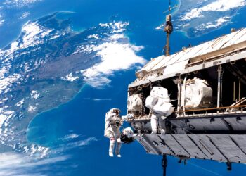 Astronautas realizando uma caminhada espacial a bordo da Estação Espacial Internacional.