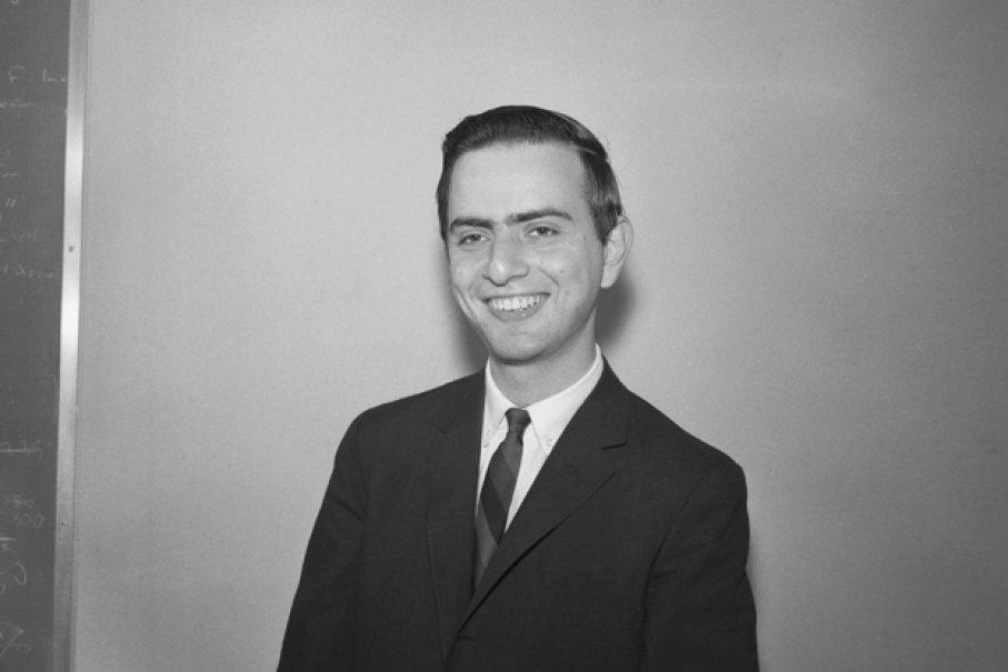 Esta fotografia de 1961 mostra o jovem Carl Sagan, com 27 anos à época, pouco depois que ele recebeu seu título de PhD.