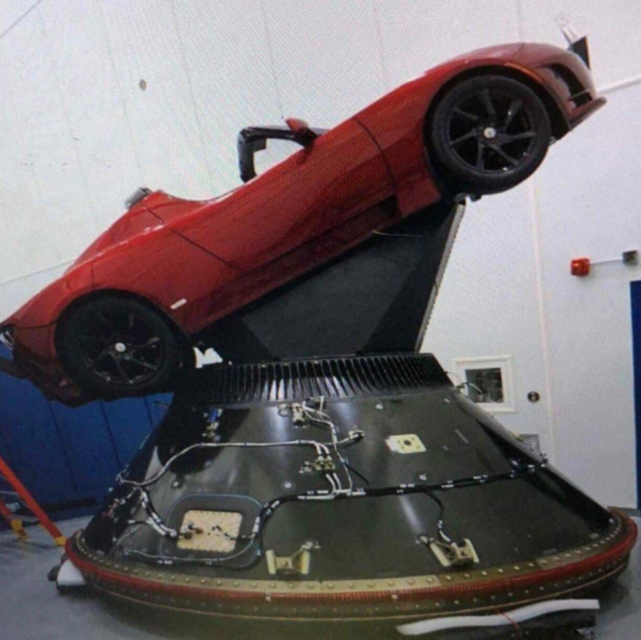 "Tesla Roadster sendo preparado para o lançamento, marcado para janeiro, no interior do ""payload fairing"" (no nariz do foguete, onde fica o compartimento de carga útil) do Falcon Heavy."