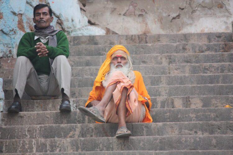 Em Varanasi, dois adeptos do hinduísmo, religião que dá o mote, neste conto, a uma indagação filosófica das mais antigas