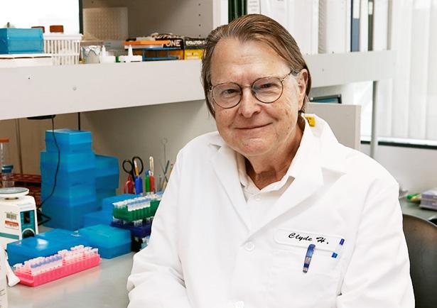 Clyde A. Hutchison, bióloga da JCVI que liderou o novo estudo, vem pesquisando a bactéria micoplasma como modelo para a célula mínima desde 1990. Crédito: JCVI