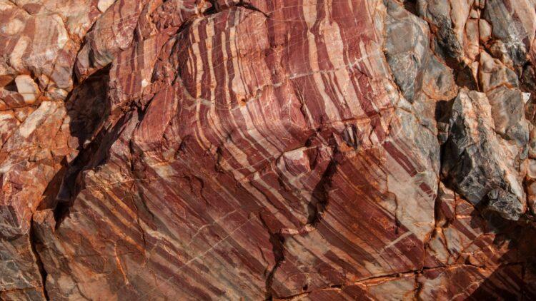 Os fósseis de 3,5 bilhões de anos de Apex Chert na Austrália Ocidental sugerem que comunidades microbianas complexas existiram antes mesmo dessa época. Crédito: Graeme Churchard/Flickr/CC-BY 2.0