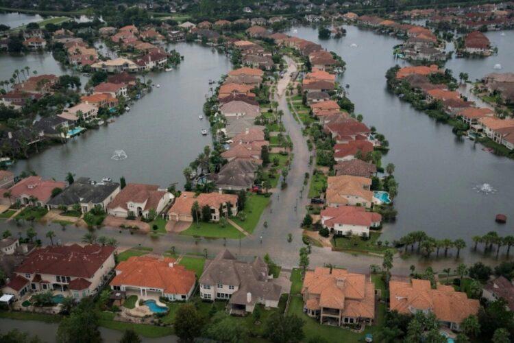 As inundações alcançaram casas e complexos de apartamentos em West Houston, em 30 de agosto, depois que as chuvas do furacão Harvey deixaram inundações generalizadas no Texas. (Jabin Botsford / The Washington Post)