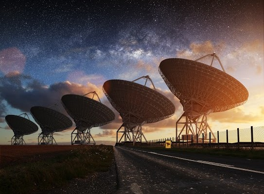 Radiotelescópios espreitando o misterioso e infindável universo.