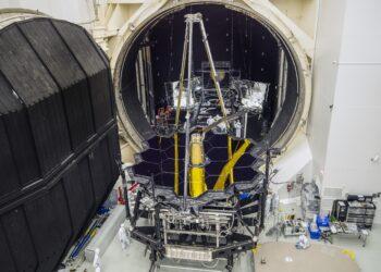 O Telescópio Espacial James Webb da NASA emergiu da Câmara A no Centro Espacial Johnson da NASA, em Houston, em 1º de dezembro de 2017, para se preparar para a próxima mudança para a Califórnia. Créditos: NASA / Chris Gunn