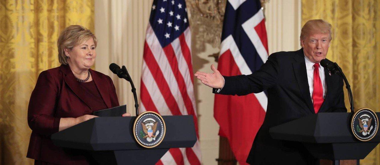Trump ao lado da primeira-ministra norueguesa Erna Solberg em entrevista coletiva.