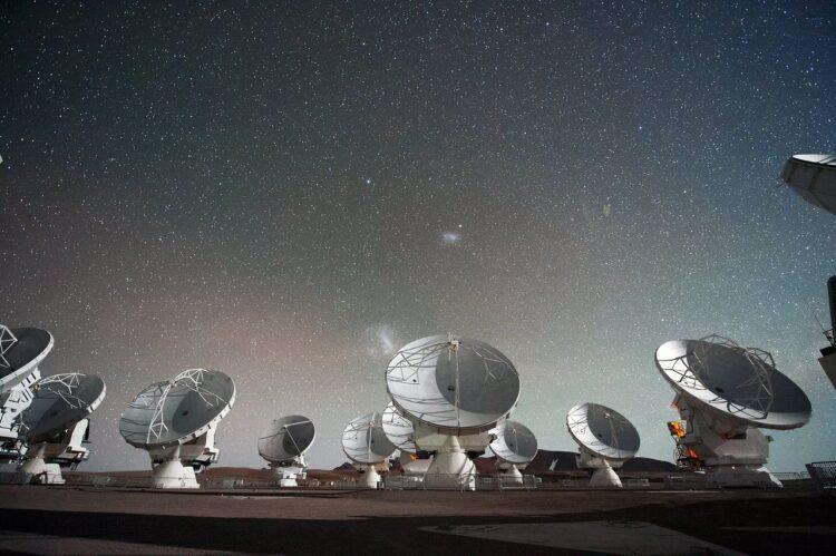 O ALMA, no Chile, é um dos telescópios usados no Telescópio Horizonte de Eventos (EVT, na sigla em inglês), a colaboração internacional para o primeiro registro do Sagitário A*. (Foto: ESO, C. Malin).