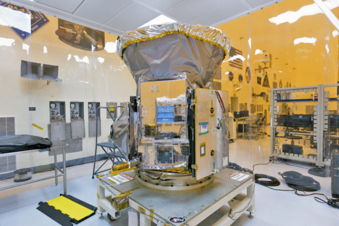 O Satélite de Pesquisa de Exoplanetas por Trânsito (ou TESS) foi fotografado dentro do PHSF no Centro Espacial Kennedy da NASA, na Flórida, depois de chegar, em 12 de fevereiro, de uma viagem da Virginia. Crédito: NASA / Kim Shiflett