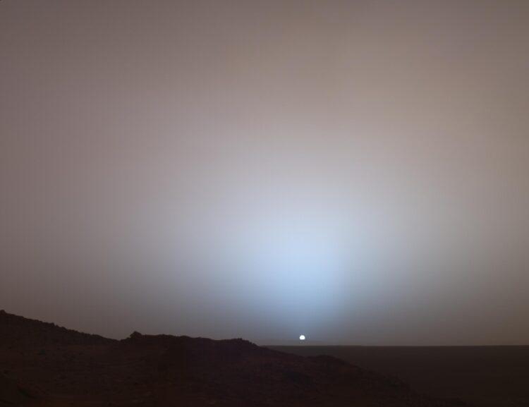 Em 19 de maio de 2005, o Mars Exploration Rover Spirit da NASA registrou essa visão deslumbrante quando o Sol desaparecia abaixo da borda da cratera de Gusev em Marte. Crédito de Imagem: NASA / JPL-Caltech / Texas A & M / Cornell