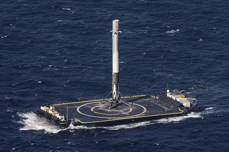 """Drone ship """"Of Course I Still Love You"""" transporta o primeiro estágio de um foguete que pousou pela primeira vez na história nesse tipo de embarcação em 08 de abril de 2016 (Falcon 9 FT, CRS-8 mission, 8 April 2016)"""