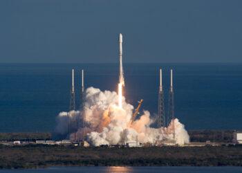 Lançamento do GovSat-1 pelo Falcon 9 em janeiro. A SpaceX agora está certificada para usar esse foguete para missões científicas da NASA, começando com um satélite de astronomia programado para lançamento não antes de meados de abril. Crédito: SpaceX