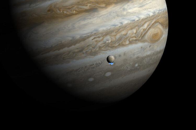 Esta impressão artística mostra Júpiter e sua lua Europa usando imagens reais de Júpiter e de Europa em luz visível. As imagens ultravioletas do Telescópio Espacial  Hubble que mostram a fraca emissão das plumas de vapor de água foram superpostas, respeitando o tamanho, mas não o brilho das plumas. Os astrônomos que usam o Hubble  detectaram sinais de vapor de água sendo liberado desta lua em 2012, criando plumas variáveis perto de seu polo sul — a primeira evidência observacional de vapor de água sendo expulso da superfície da lua. (Crédito da imagem: NASA, ESA, and M. Kornmesser.)