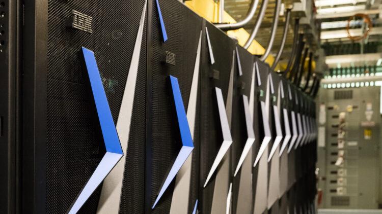 A instalação do supercomputador Summit nas instalações da Oak Ridge Leadership Computing Facility continua. O Summit será um computador com dobro do poder da máquina chinesa de maior poder computacional quando chegar em 2021. (Imagem: Oak Ridge National Laboratory -  ORNL)