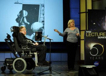 """Stephen Hawking, professor de matemática da Universidade de Cambridge, realiza um discurso chamado """"Why we should go into space"""" durante uma palestra, parte de uma série honrando o aniversário de 50 anos da NASA, em 2008, no Morton Auditorium da George Washington University's em Washington. Créditos: NASA/Paul Alers"""