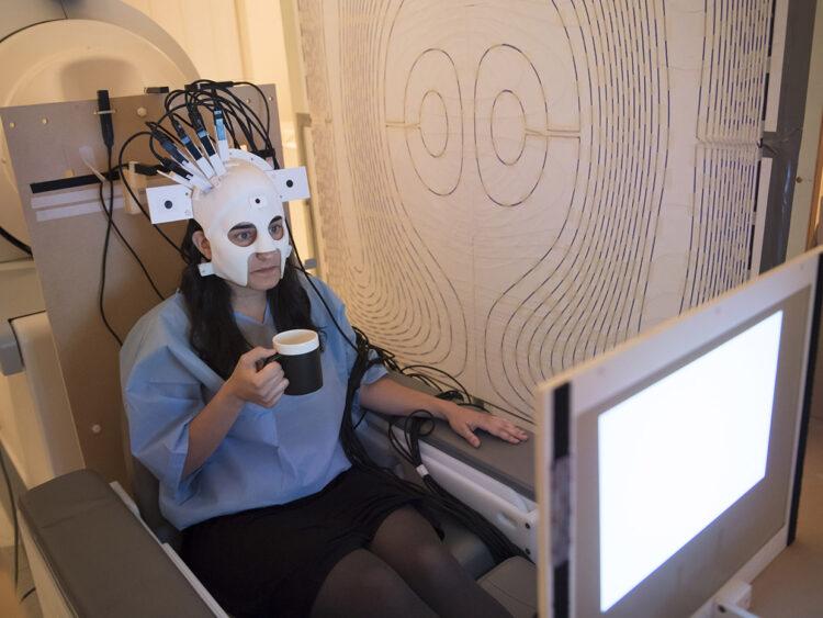 Um capacete registra a atividade cerebral de usuários usando a magnetoencefalografia (MEG) enquanto eles se movimentam, sem a necessidade de que o paciente permaneça imóvel, como nos exames de MEG tradicionais.