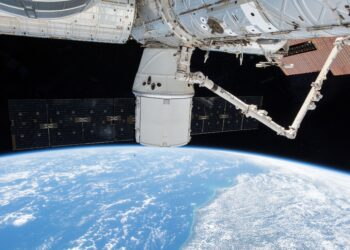 A nave de reabastecimento da SpaceX Dragon, com seus painéis solares duplos estendidos, é mostrada no módulo Harmony, enquanto a Estação Espacial Internacional orbitava acima do Brasil. (Créditos/Fonte: NASA)