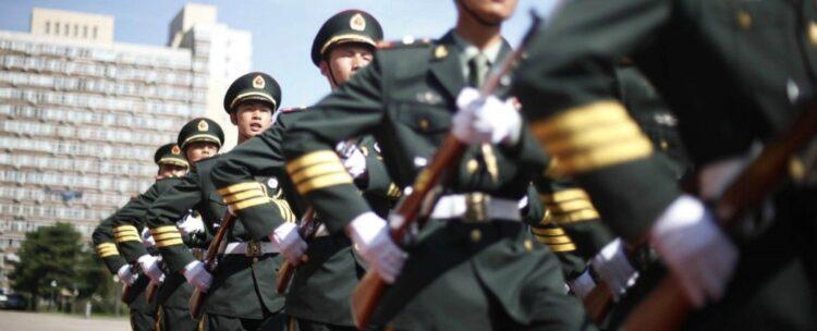 Soldados chineses marcham após a inspeção da guarda de honra em Pequim (Foto: Elizabeth Dalziel)