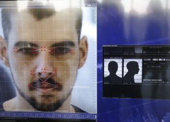 Demonstração de software que o Disque Denúncia passa a utilizar em parceria com The Staff of Security, em que compartilha seu banco de dados de foragidos da justiça com câmeras de segurança que utilizam sistema de reconhecimento facial.