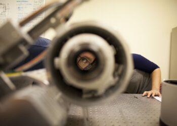 Um técnico inspeciona uma das câmeras que compõem o Dragonfly Telephoto Array, que tem sido útil na detecção de uma galáxia desprovida de matéria escura. CREDITO:MARTA IWANEK / TORONTO STAR VIA GETTY IMAGES