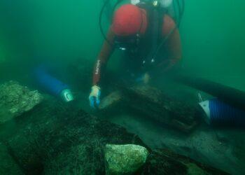 Um arqueólogo inspeciona a quilha de um naufrágio descoberto nas águas ao redor da cidade portuária de Thonis-Heracleion, descrita por Herótodo em seus relatos. Foto: Christoph Gerigk / Franck Goddio / Fundação Hilti (Reprodução: The Guardian)