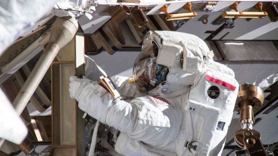A astronauta Anne McClain durante atividade externa na Estação Espacial Internacional