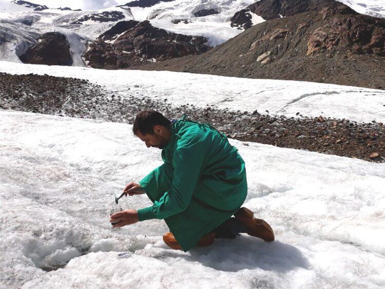 Os pesquisadores descobriram microplásticos pela primeira vez no topo de uma geleira. Crédito: Roberto Sergio Azzoni