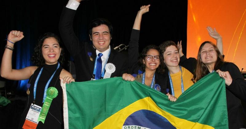 Jovens brasileiros ganham oito prêmios em feira de ciências nos EUA