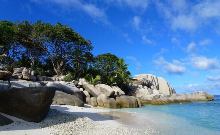 Uma praia aparentemente limpa das Ilhas Cocos, retratada em abril de 2013. Créditos: Wikimedia