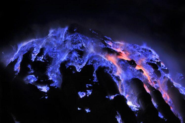 O enxofre entra em combustão ao entrar em contato com o ar para criar rios de luz azulados semelhantes a lava na cratera Kawah Ijen, na ilha de Java. (FOTOGRAFIA DE OLIVIER GRUNEWALD)