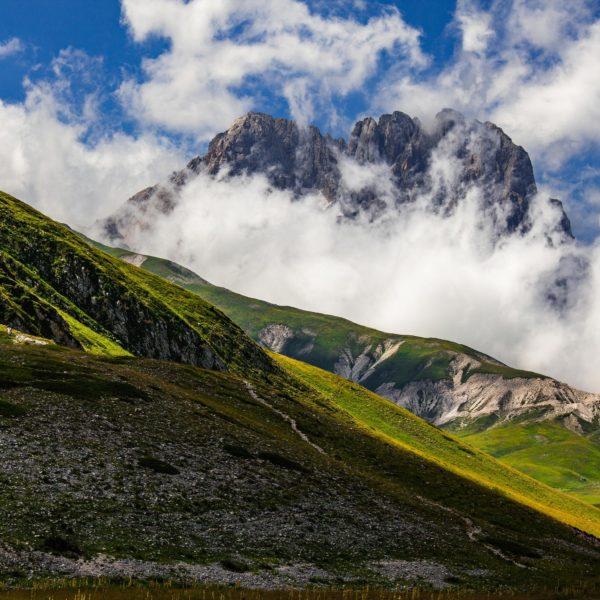 O Corno Grande, o pico mais alto das montanhas dos Apeninos, destaca-se entre as nuvens. Os Apeninos no centro da Itália fazem parte dos restos do antigo continente da Grande Adria, revelou a investigação tectônica. FOTOGRAFIA DE GUIDO PARADISI, FOTO DE ALAMY STOCK