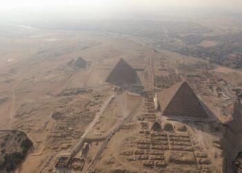 O planalto de Gizé com suas três pirâmides predominantes. (Imagem: Shutterstock)