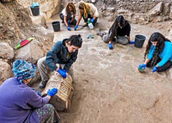 Jovens participantes da escavação da Igreja Bizantina. (Imagem: Assaf Peretz / Israel Antiquities Authority)